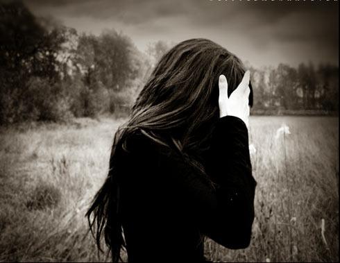 Em giơ tay lên, chạm vào giọt nước mắt chia ly cuối cùng dành cho tình yêu. Thế giới này, từ nay sẽ thiếu đi một nhà thơ. Tất cả những lời mà em đã viết vì anh, tất cả đều phóng hết tầm mắt về phía ngân hà, tất cả những cảm động ngày qua, tất cả tình yêu si dại, tất cả những chờ đợi và trông mong, đều bầu bạn với cái chết ở nơi sâu thẳm trong mùa đông giá rét này.